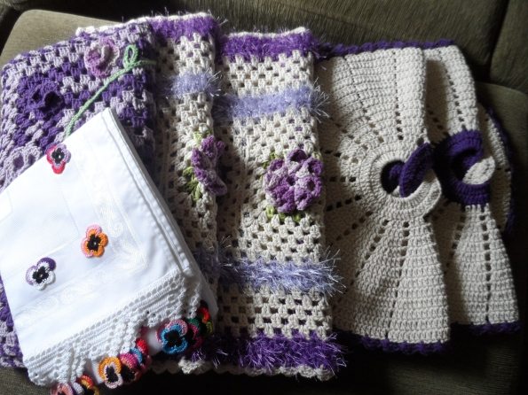 Partes da encomenda da Elaine de Pouso Alegre-MG. 01 trilho de tecido com aplicação em croche, 01 tapete barbante tipo passadeira, 02 tapetes com flor dália, 02 tapetes com elos.