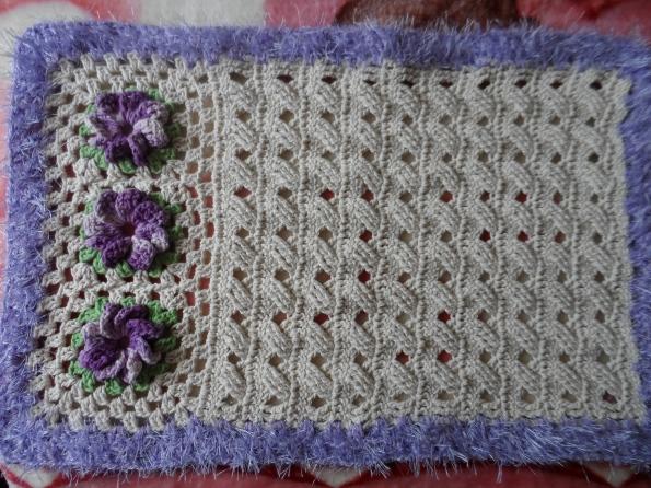 Tapete de croche trançado, com flor catavento. Encomenda da Elaine de Pouso Alegre-MG.