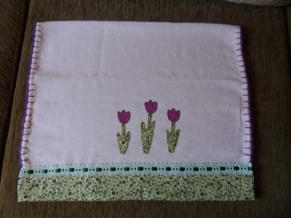 Pano de prato com tulipas em patchcolagem. Encomenda da Elaine de Pouso Alegre-MG