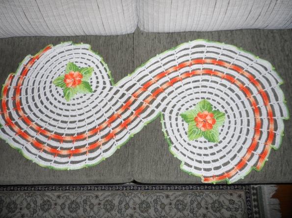 Trilho espiral em croche ou Tapete. Tamanho 1,00 x 0,50cm Preço R$ 60,00 + frete Prazo entrega 10 dias Pode ser feito em outras cores.