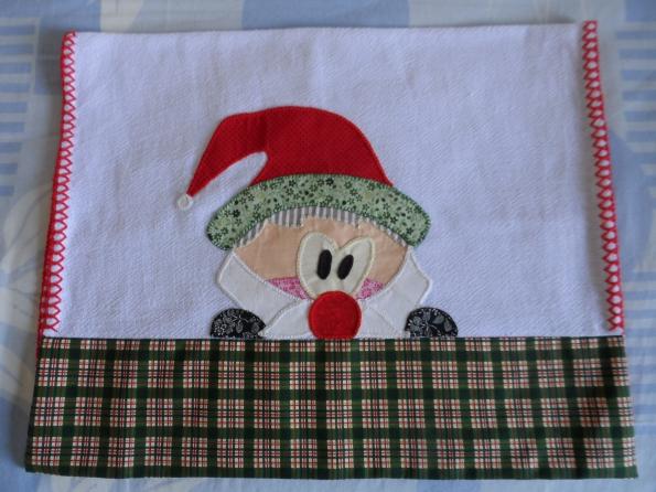 Pano de prato natalino, com papai noel em patchcolagem e barrado em tecido