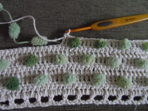 Saindo um tapete de croche com lã POM POM