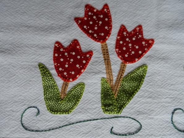 Pano de prato com tulipas em patcholagem